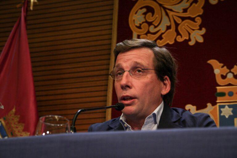 Almeida explica su «metáfora de las alpargatas» de Sánchez: «El postureo de estar en La Mareta en vez de coger el mando»