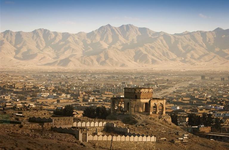 España no prevé evacuar aún la embajada en Kabul, pese al avance talibán