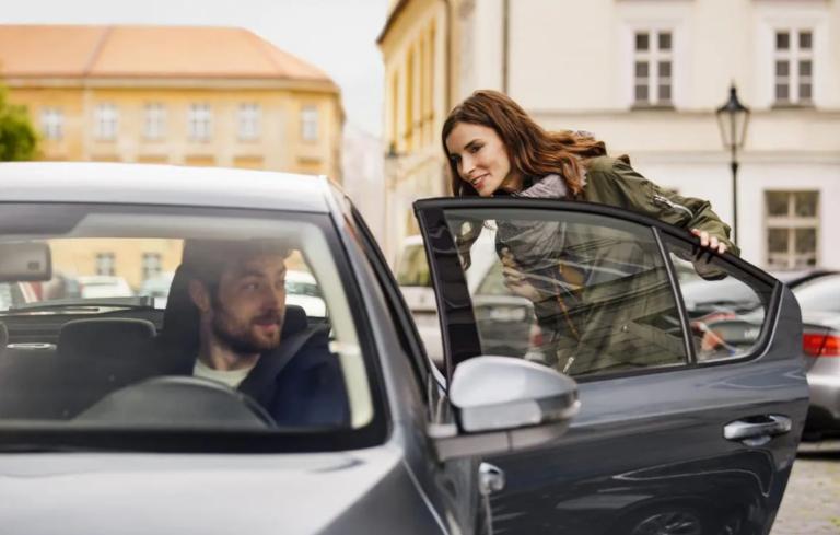 Piden la suspensión de Uber por circulación de coches sin identificar