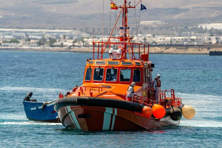 Al menos 182 migrantes llegan a las costas de Andalucía este fin de semana en diez pateras y una rueda de camión