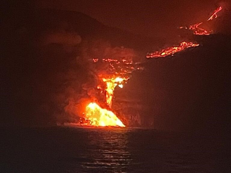 La lava llega al mar