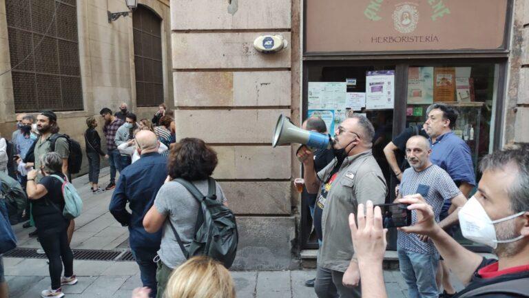 Setenta personas protestan contra Ada Colau antes del pregón de la Mercè
